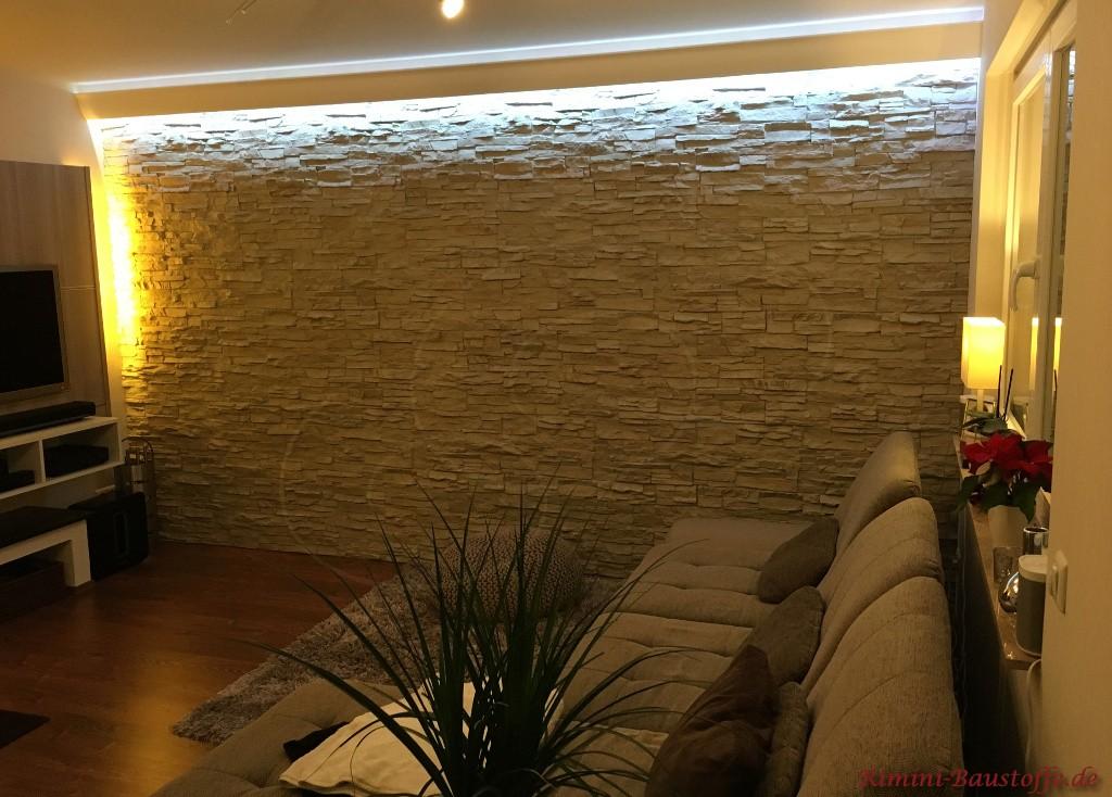 Wohnzimmerwand in Natursteinoptik mit Beleuchtung