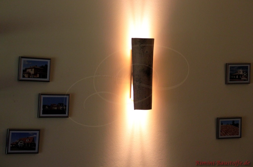 Wandlampe an einer Bilderwand