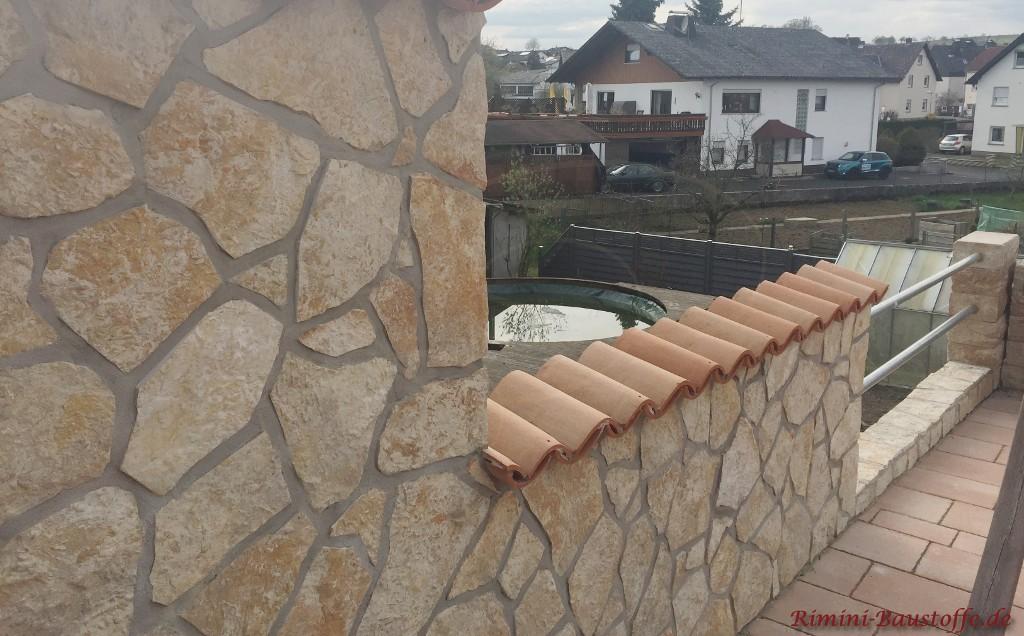 Balkonbruestung mit Halbschalen gedeckt