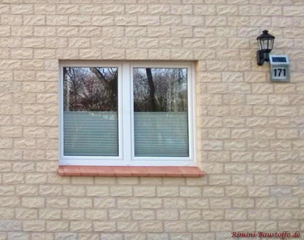 Fensterbaenke aussen mit Elementen aus Ton