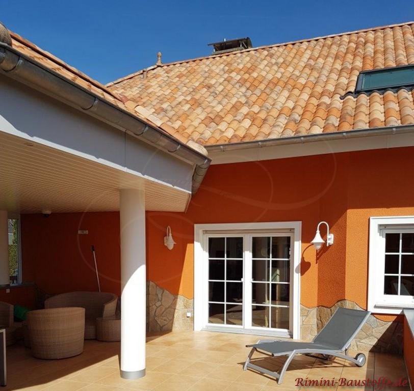 die Farbe der Fassade spiegelt sich im Dachziegel wider