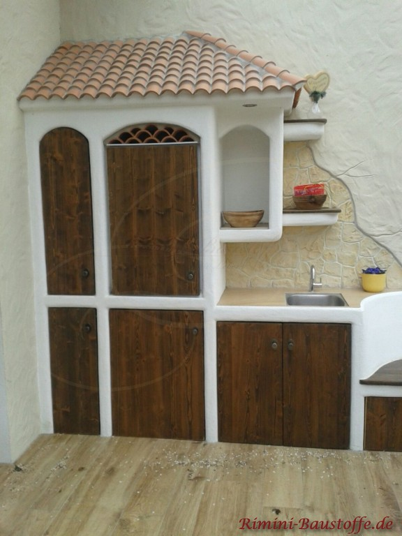 kleiner Waschbereich mit Tonhalbschalen ueberdacht