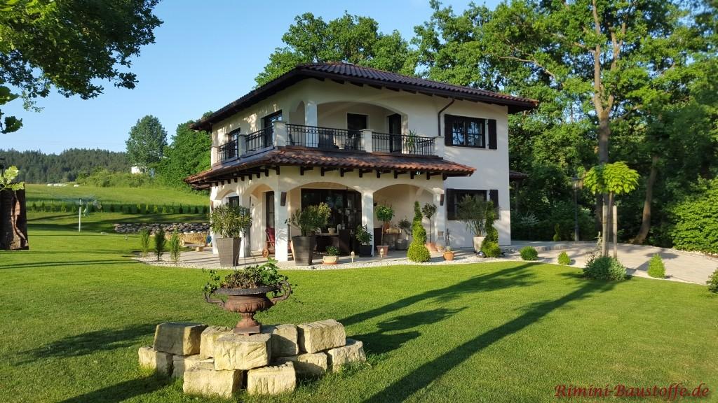 wunderschoene mediterrane Villa im Gruenen