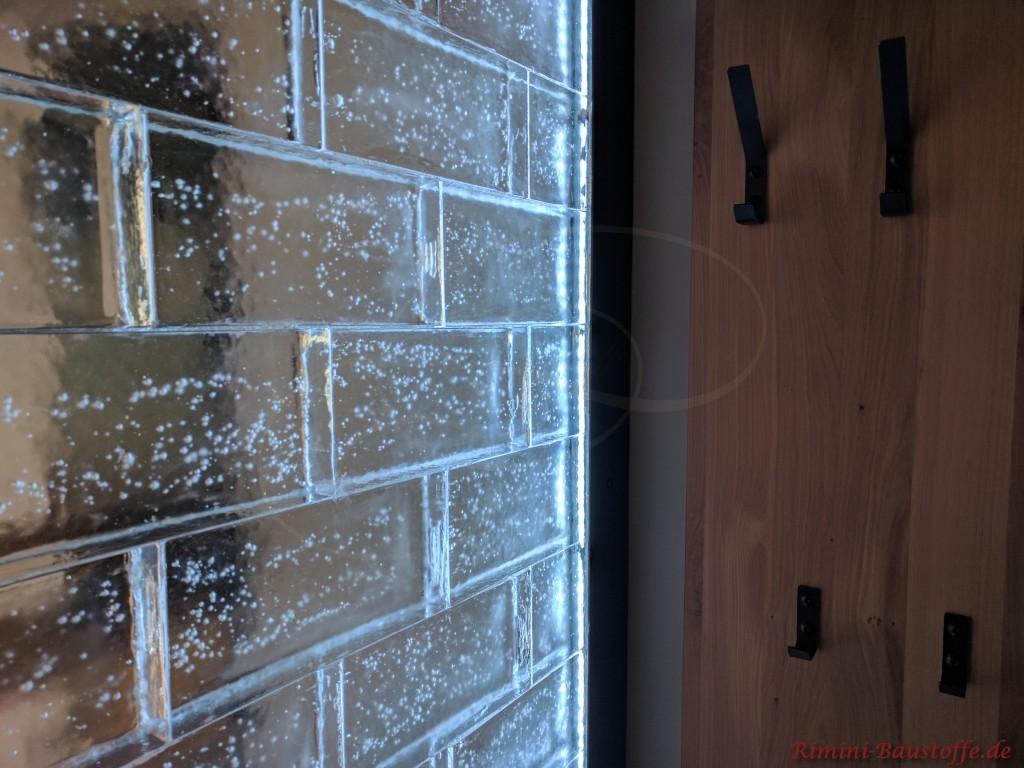 Sichtschutzwand aus Glaselementen mit Hinterleuchtung