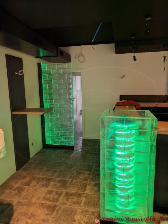 gruen beleuchtete Glasbausteine