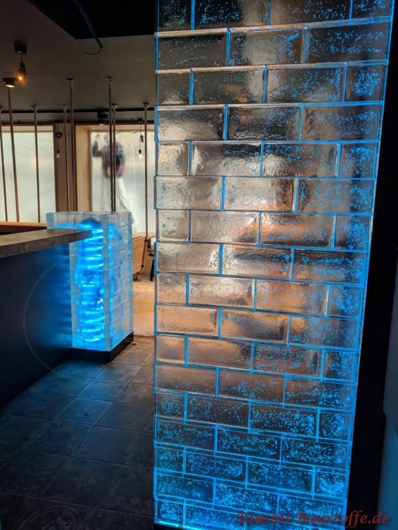 blau beleuchtete Glasbausteine