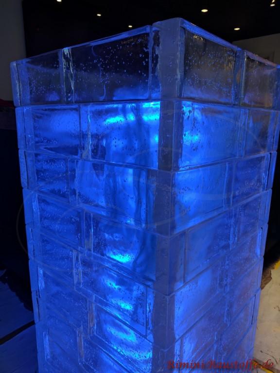 blau beleuchtete Glasbausteine mit einem LED Schlauch