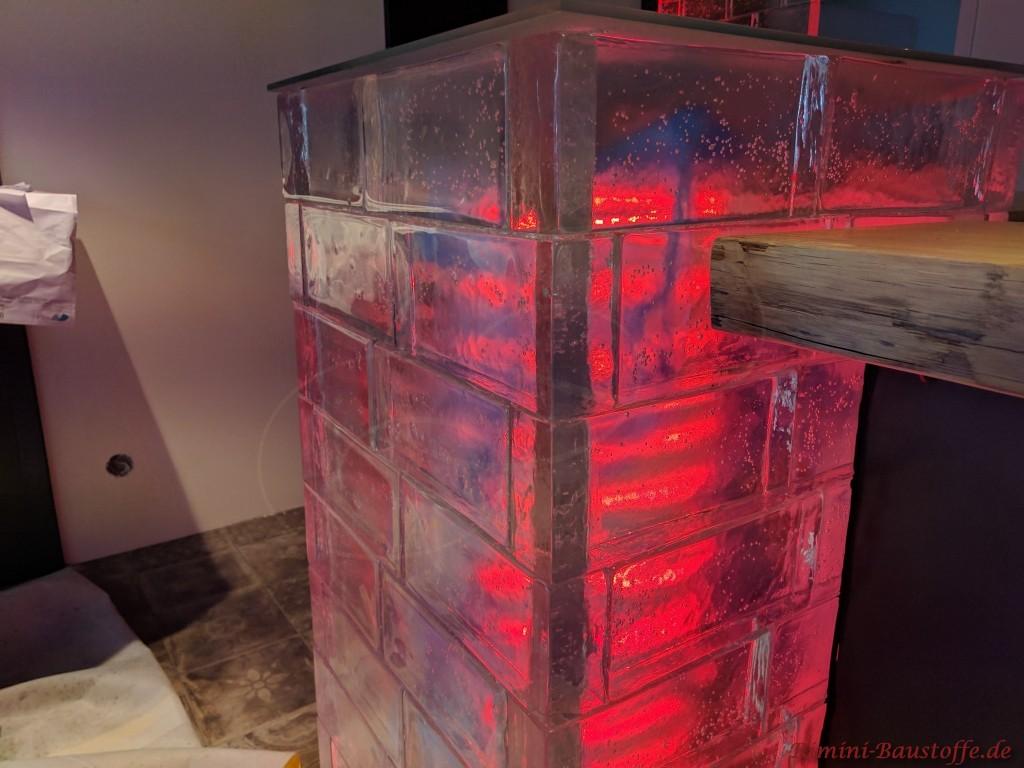 durch einen LED Schlauch leuchten die Glaselemente in verschiedenen Farben