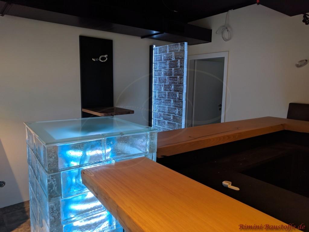 beleuchteter Thekenpfeiler aus robusten Glassteinen
