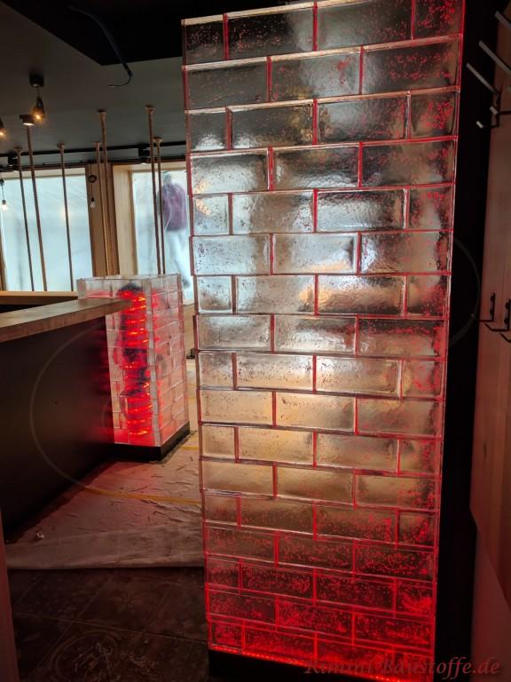 rot beleuchtete Glasbausteine als Sichtschutz