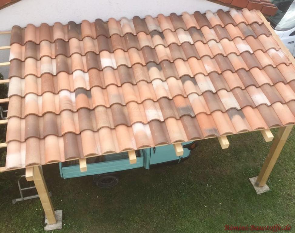 Dachueberstand mit mediterranen Ziegeln gedeckt