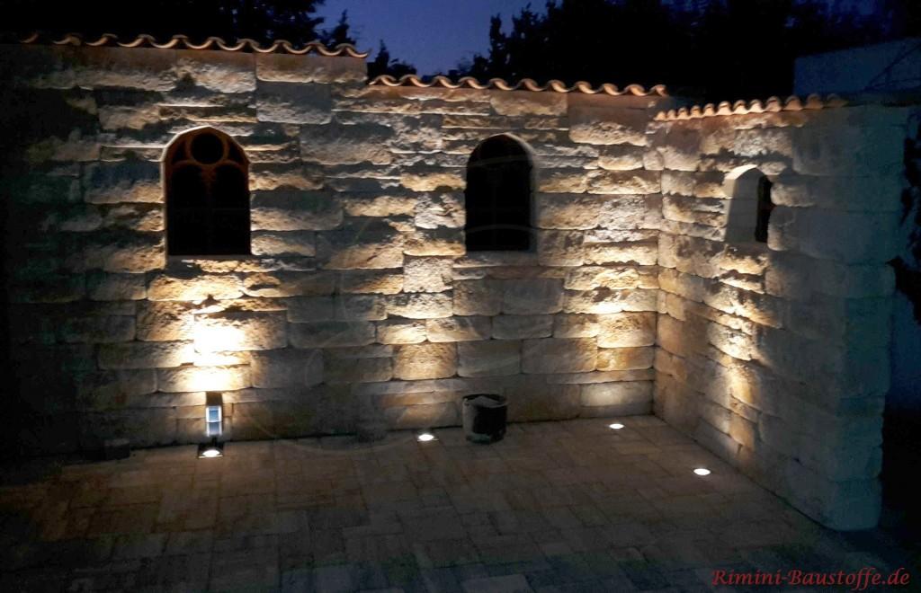 Mauersteine mit Beleuchtung im Dunkeln