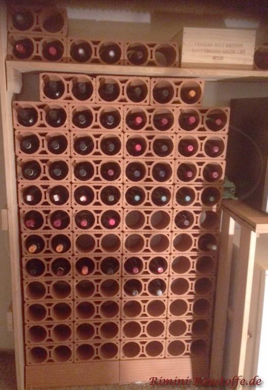 Weinlagersteine aus Ton eingelassen in einer Nische