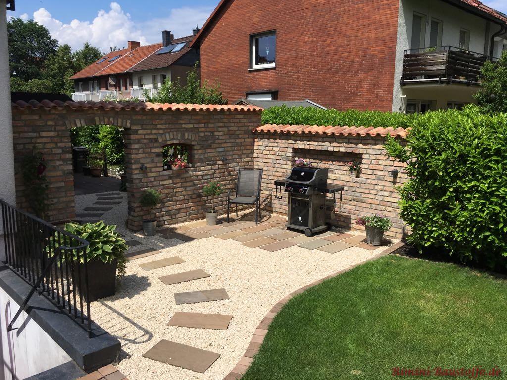 toller Grillplatz mit einer schoenen Gartenmauer