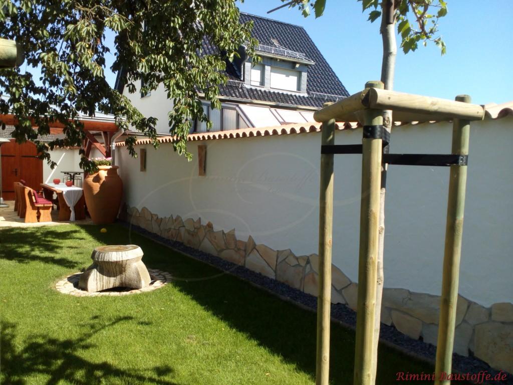 Gartenmauer mit Wandlampen aus Halbschalen