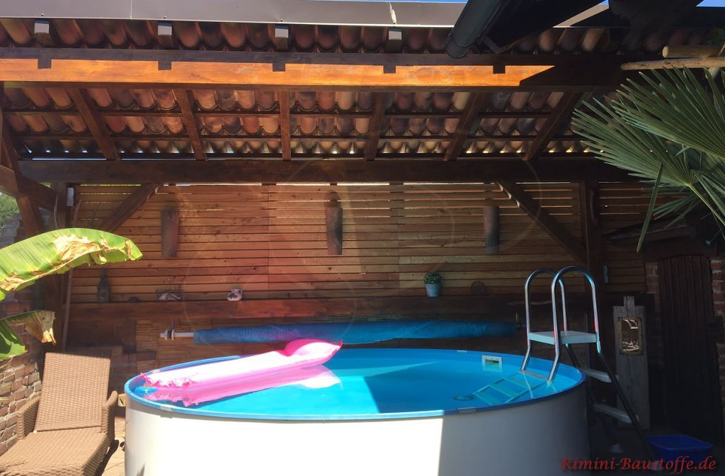 Poolhaus mit Moench Nonne Ueberdacht
