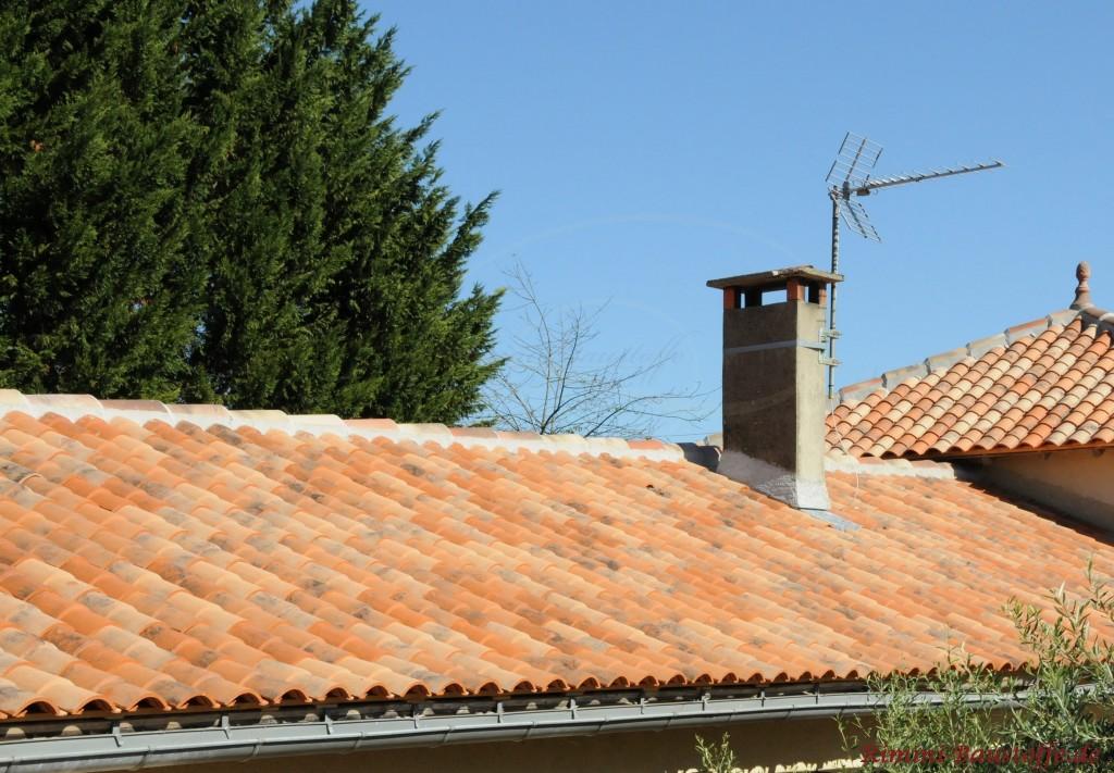 schmales Satteldach mit mediterranen Ziegeln