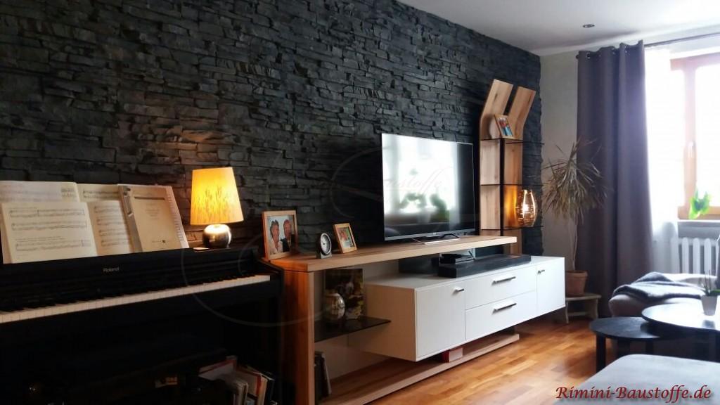 anthrazitfarbene Paneele im Wohnzimmer