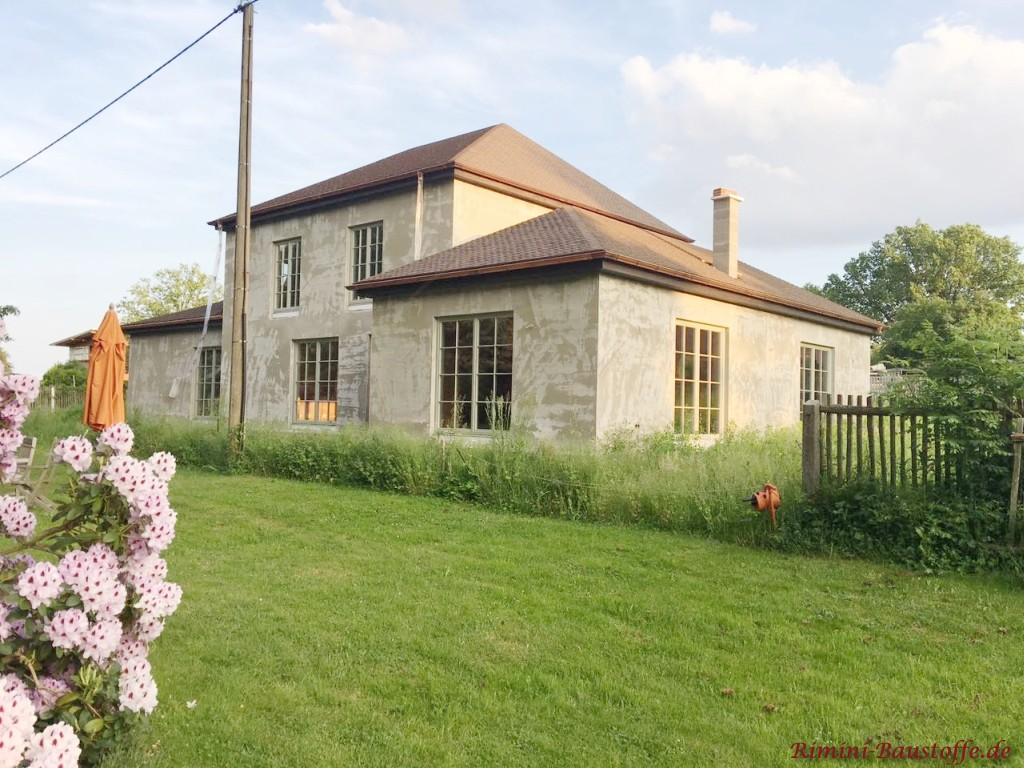 Wohnhaus im Rohbau mit neuen Schindeln gedeckt