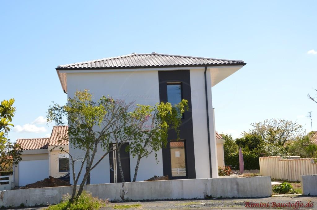 Fassade und Dachziegel in weiss