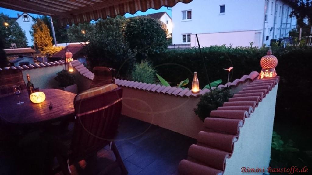 gemuetliche Terrasse in der Abenddaemmerung