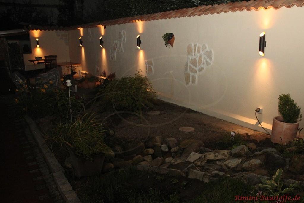 mediterrane Gartenmauer mit Beleuchtung im Dunkeln