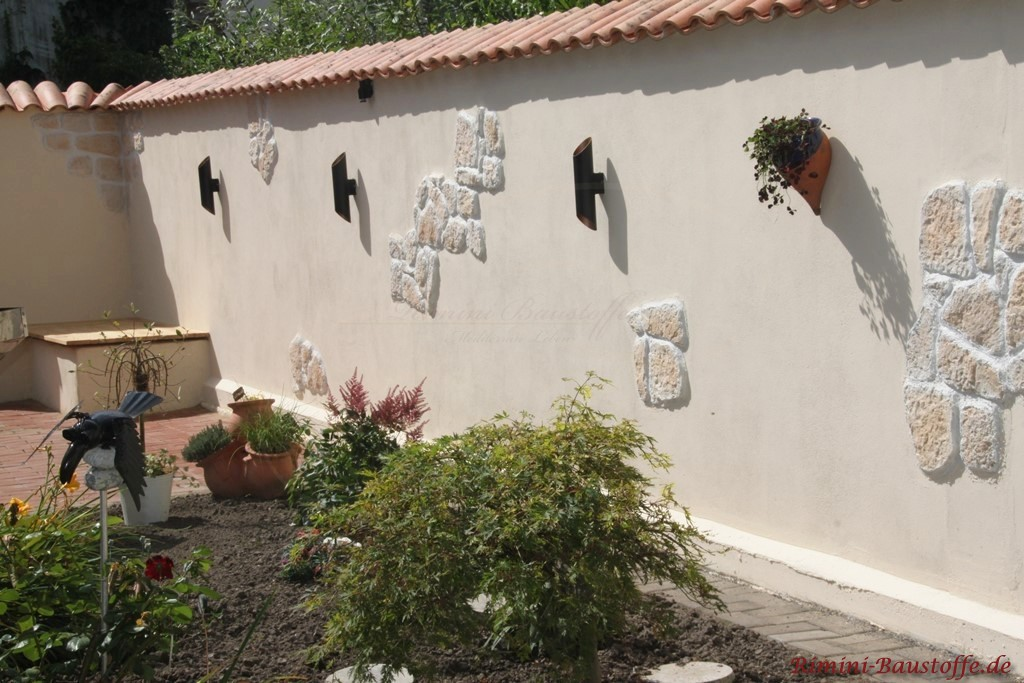 Gartenmauer mit mediterranen Elementen