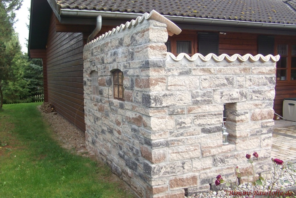 rustikale Mauer uebers Eck