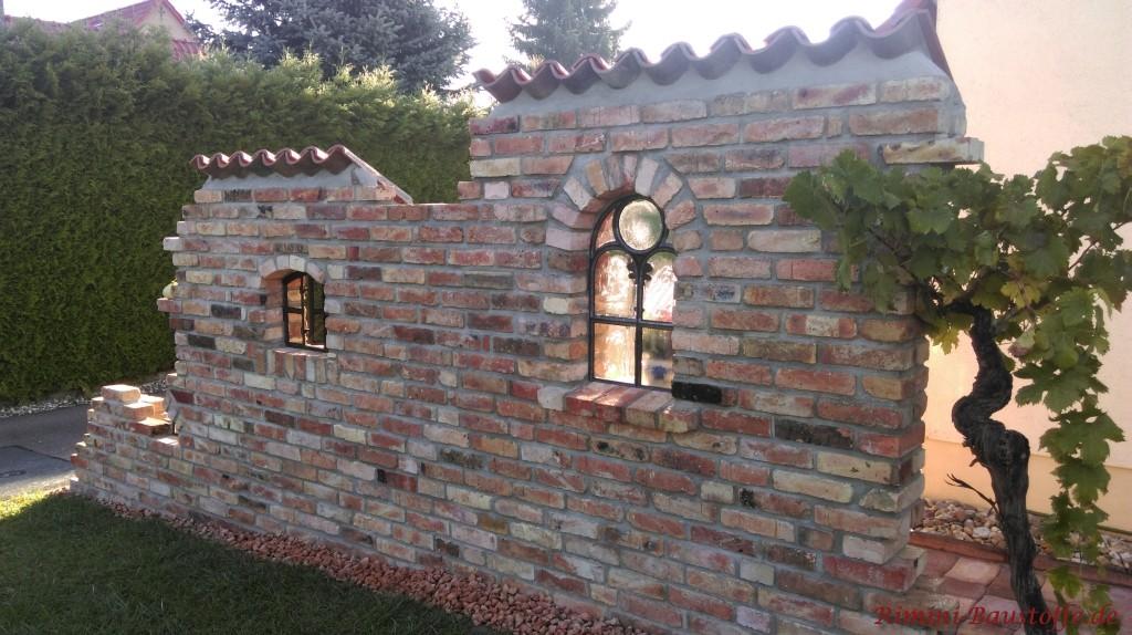 Rustikale Mauer selbst gebaut mit Klinker und Halbschalen