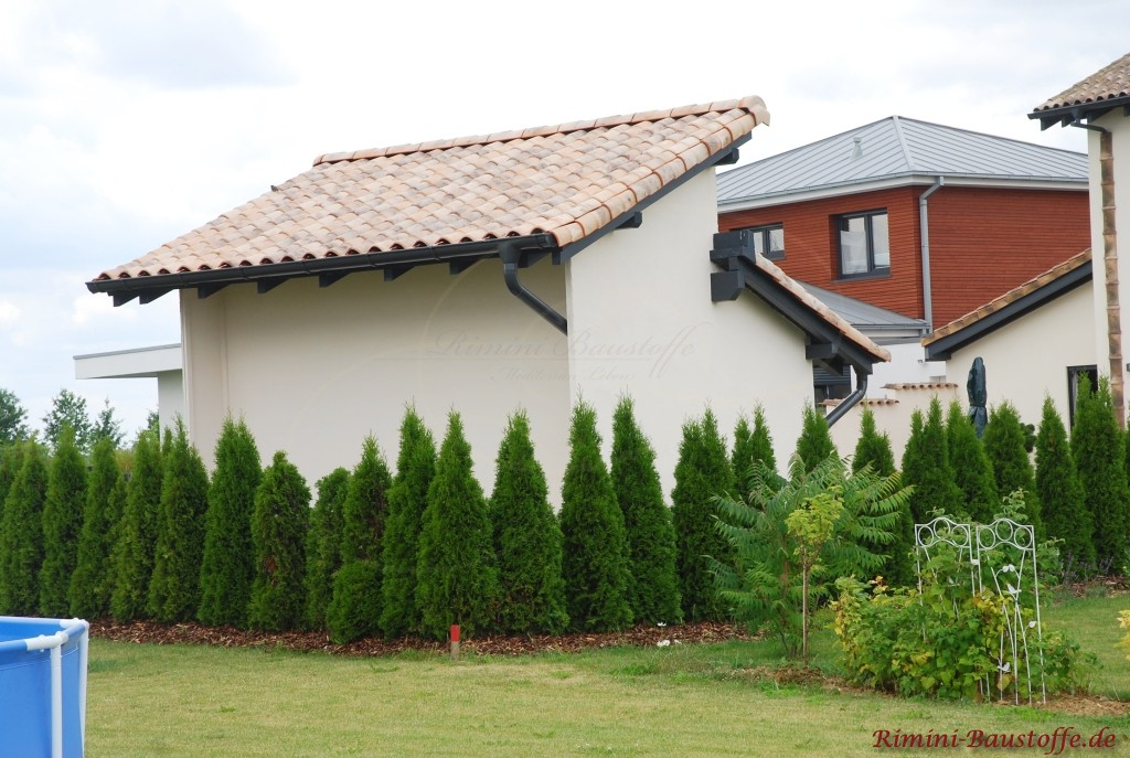 mediterranes Pultdach auf einem Gartenhaus