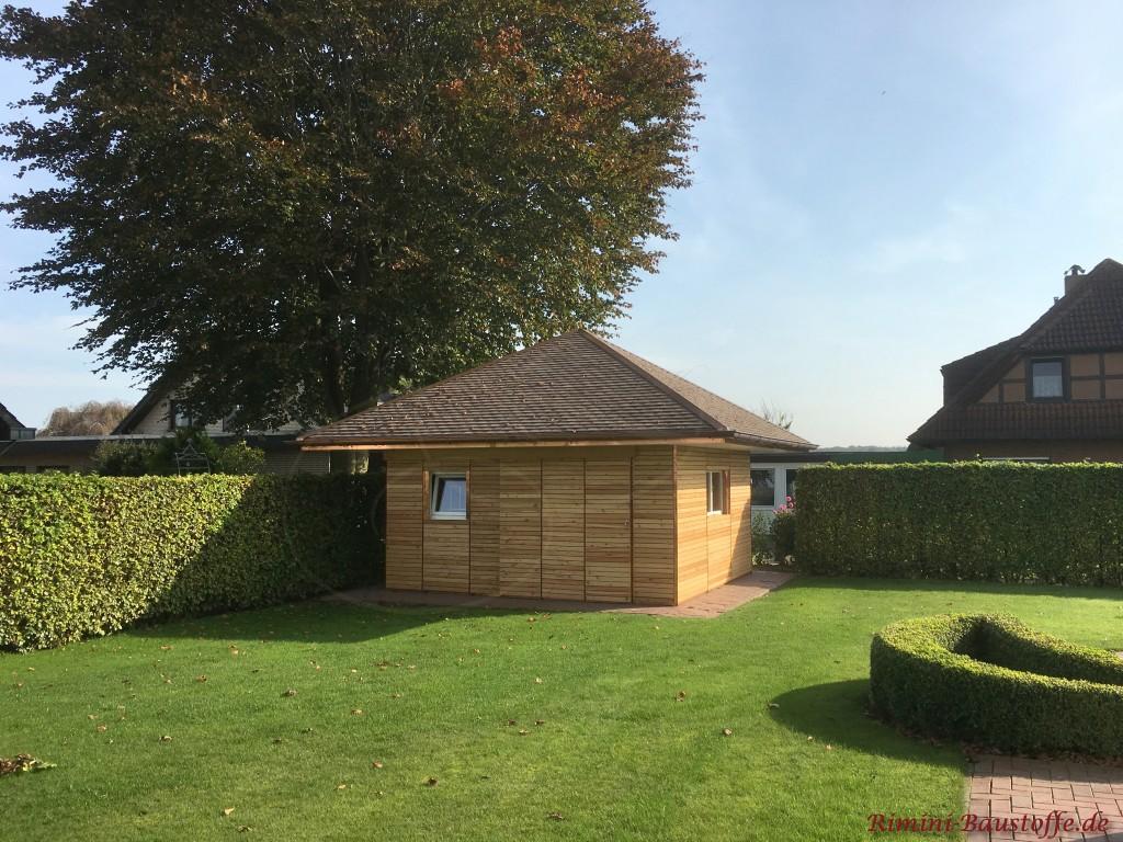 Gartenhaus mit Holzfassade und Schindeln