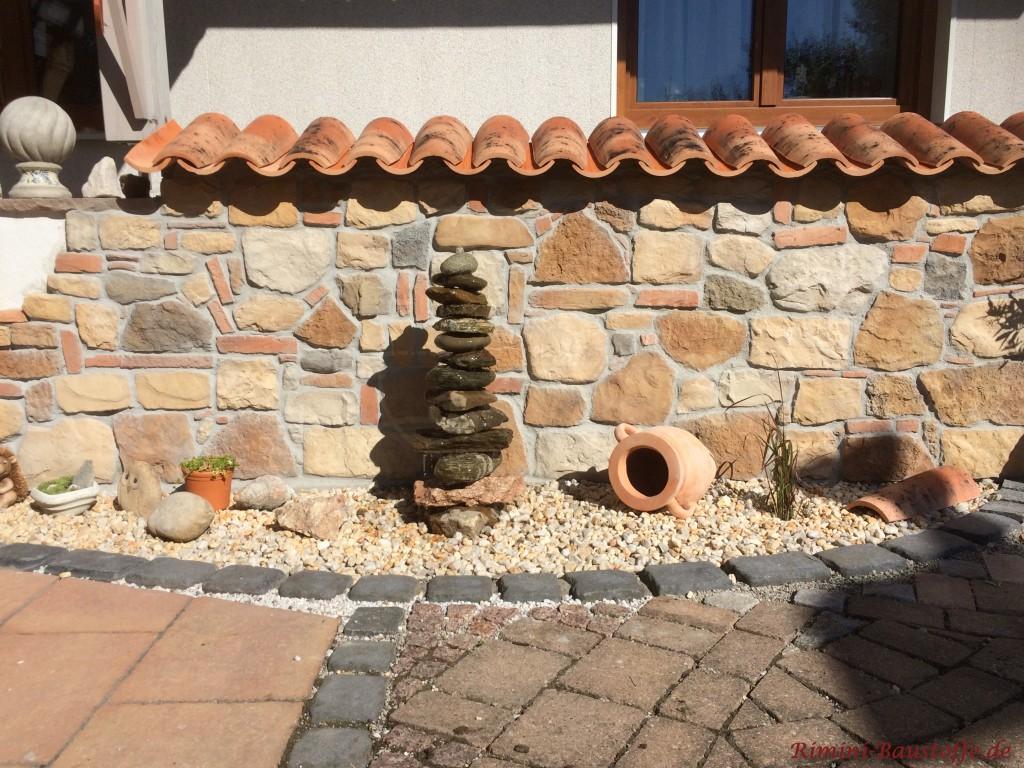 Kniehohe Mauer mit rustikalen Elementen