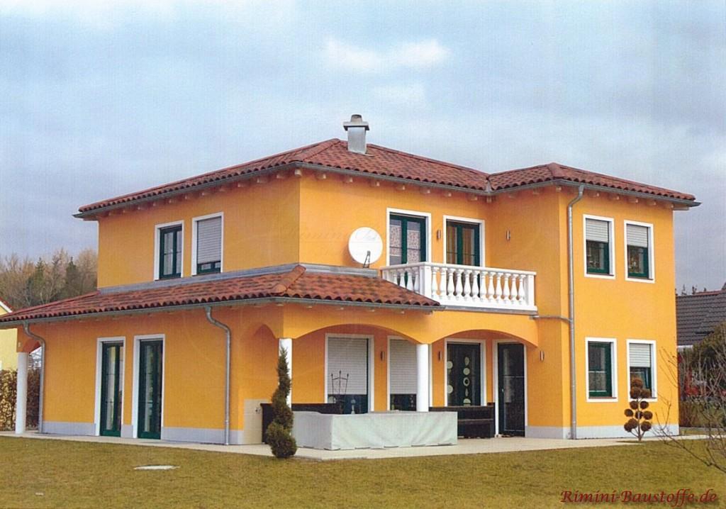 tolle mediterrane Villa mit gelber Putzfassade in Deutschland
