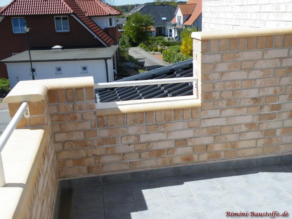 Balkonbruestung passend zur Klinkerfarbe abgedeckt