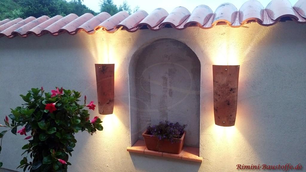 Fensterlaibung in einer Mauer mit Fensterbaenken