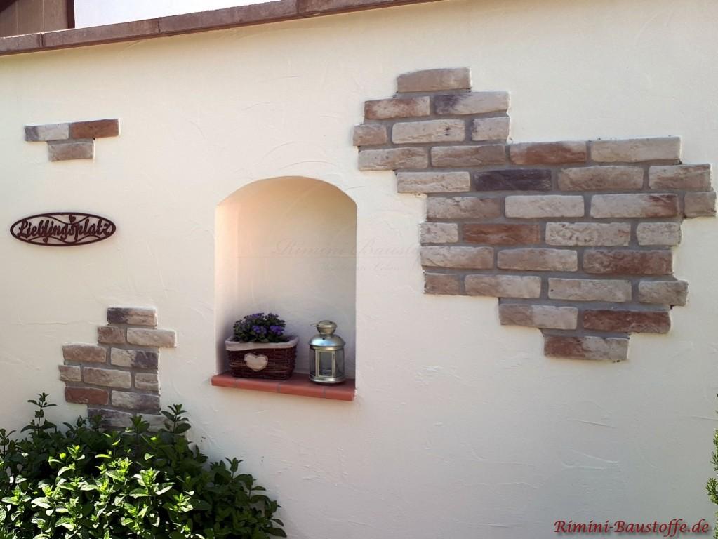 angedeutetes Fenster in einer Mauer inkl. Fensterbaenke