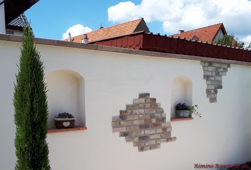 Fensterbaenke in einer Mauer