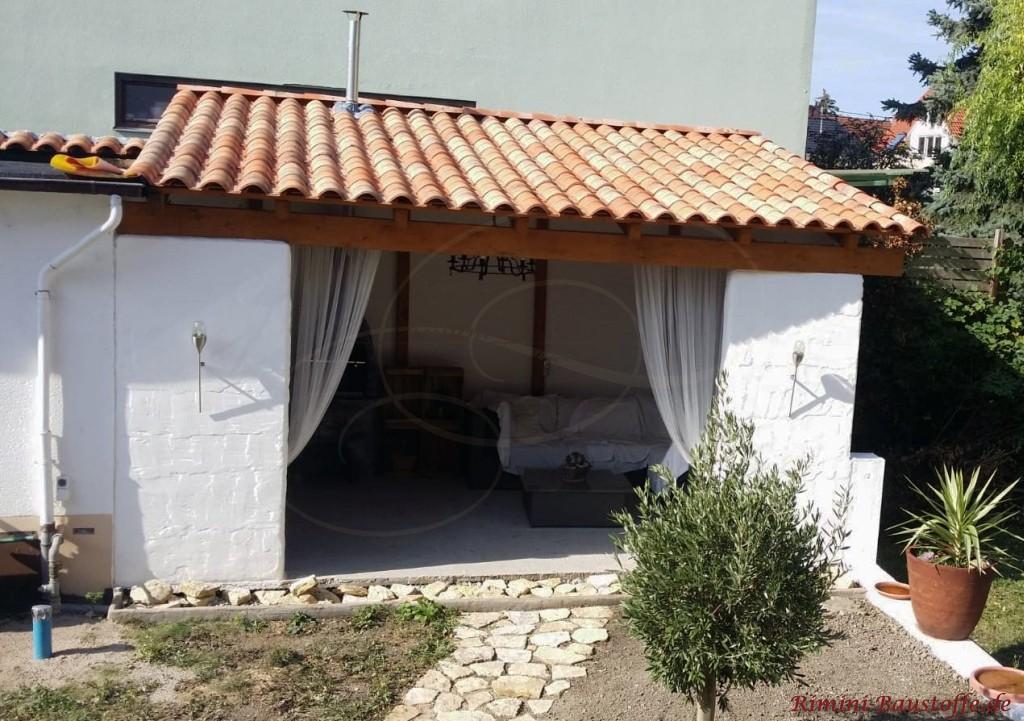 Ueberdachung einer Gartenlaube mit mediterranen Ziegeln