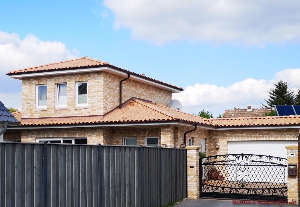 mediterranes Einfamilienhaus mit Klinkerfassade