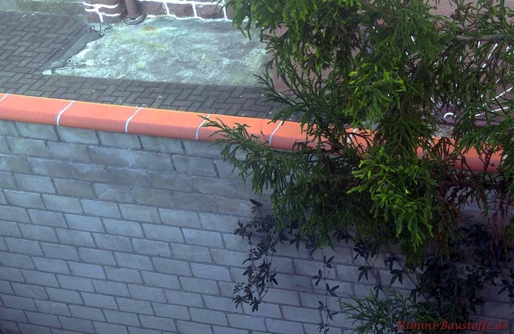 Mauerabdeckung aus Ton in rot