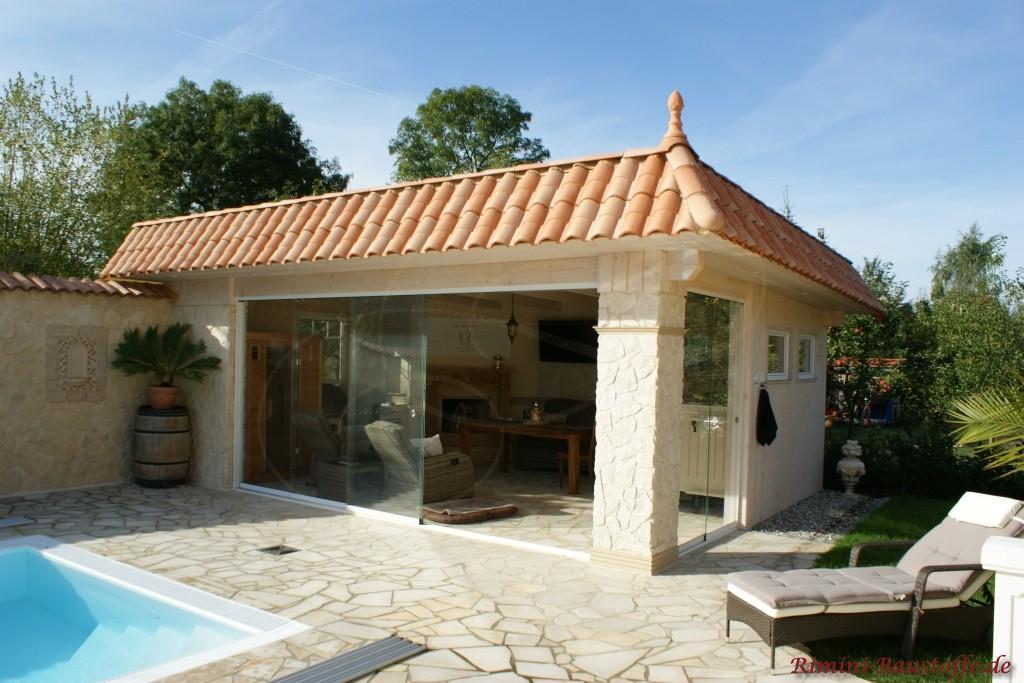 gemuetliches Poolhaus mediterran gestaltet