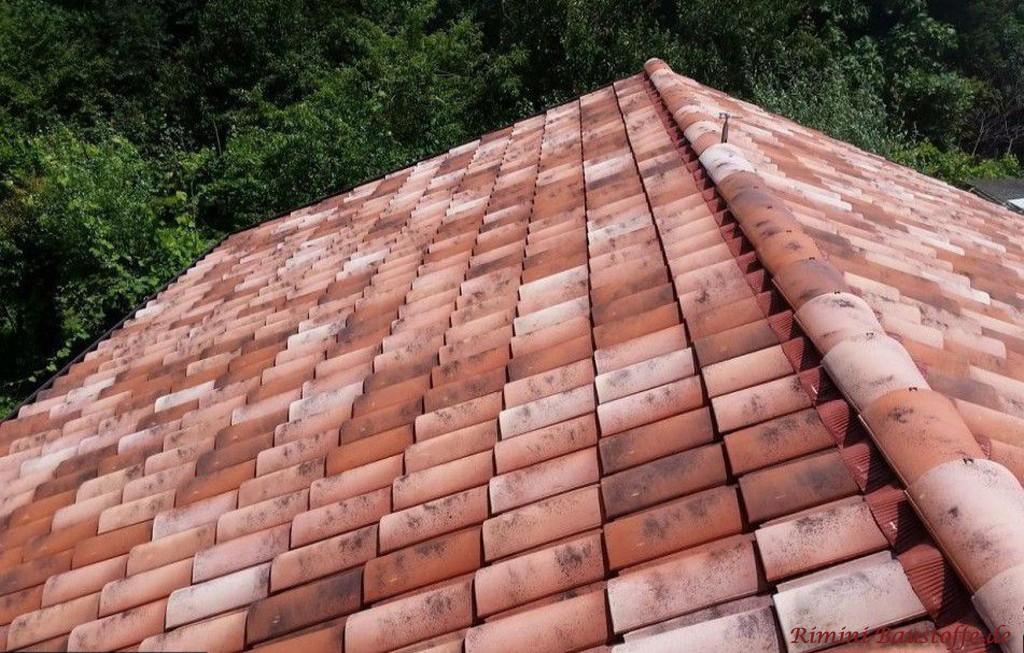 rotbunter Dachziegel aus Italien