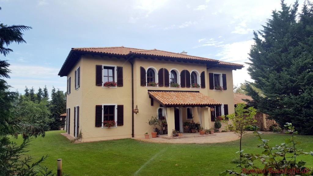 suedlaendische Villa mit Moench Nonne Dachziegeln