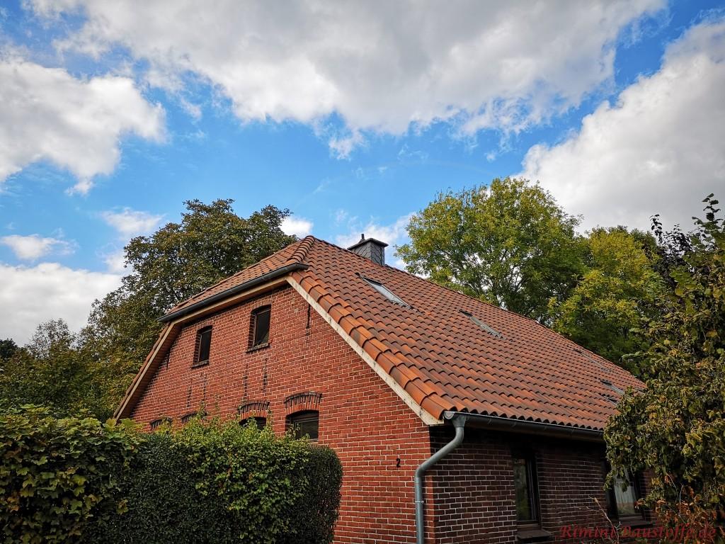 Norddeutscher Klinkerbau mit romanischen Tondachziegeln