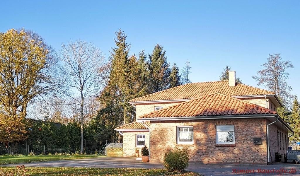 Klinkerfassade in Kombination mit einem mediterran gefaerbten Dachziegel