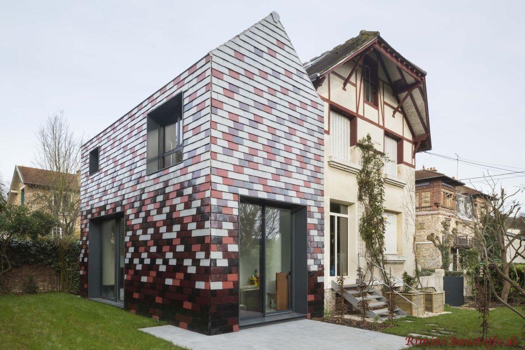 Fassade mit verschiedenfarbigen Glattziegeln aus Ton verleidet
