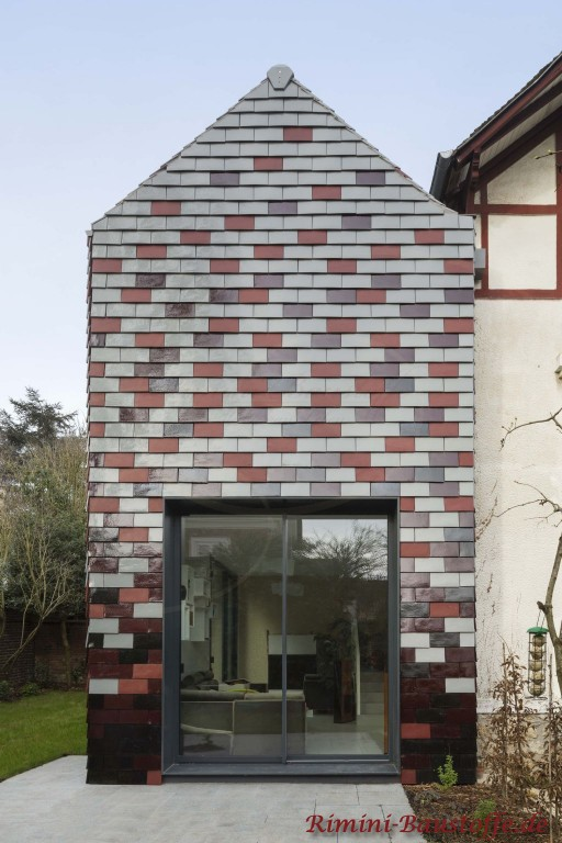 Glattziegel aus Ton in verschiedenen Farben an der Fassade