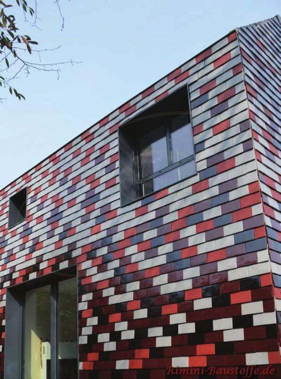 Glasierte Glattziegel an der Fassade