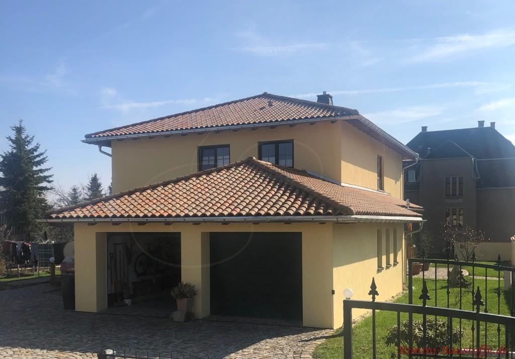 Wohnhaus mit Doppelgarage mediterran gestaltet