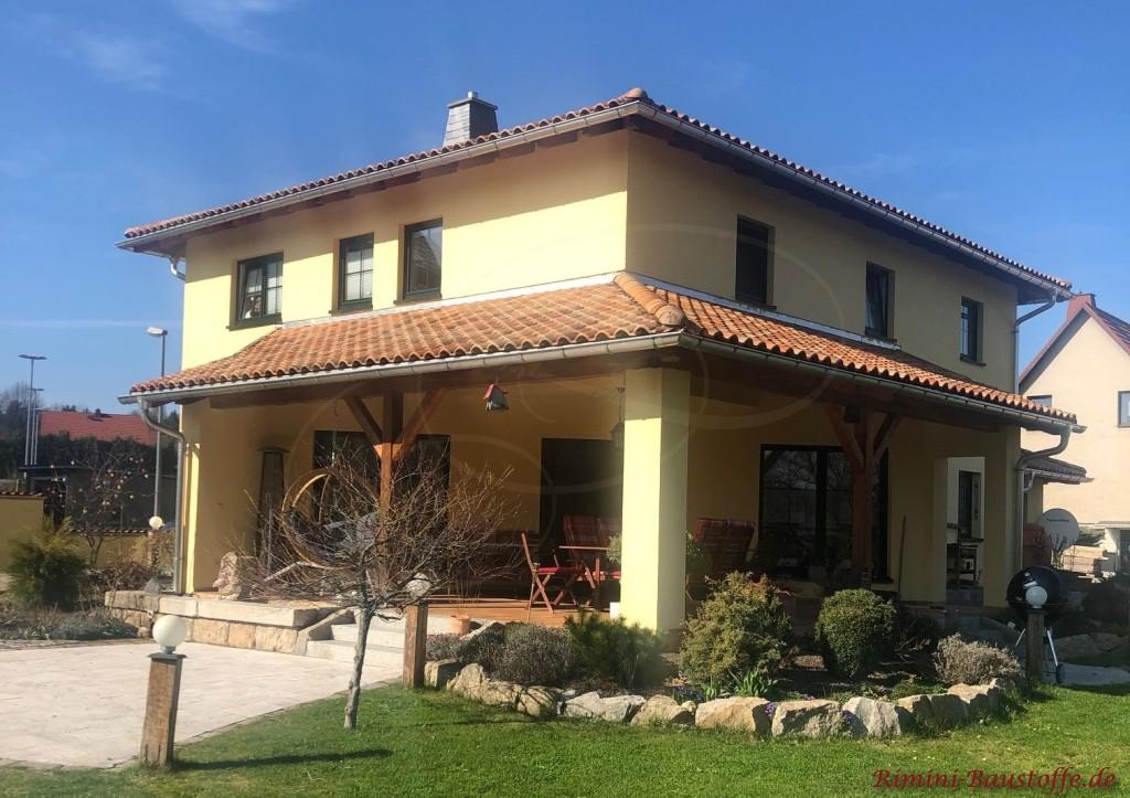 wunderschoenes mediterranes Haus mit grosser ueberdachter Terrasse